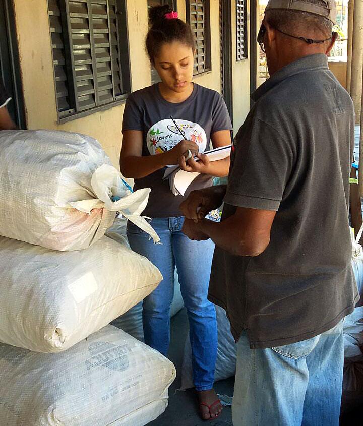 Milene recebe as sementes dos coletores na Casa de Sementes em Nova Xavantina (MT)